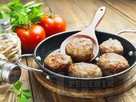 Лесни домашни пухкави пържени кюфтета с кимион, риган, червен пипер и чубрица - снимка на рецептата
